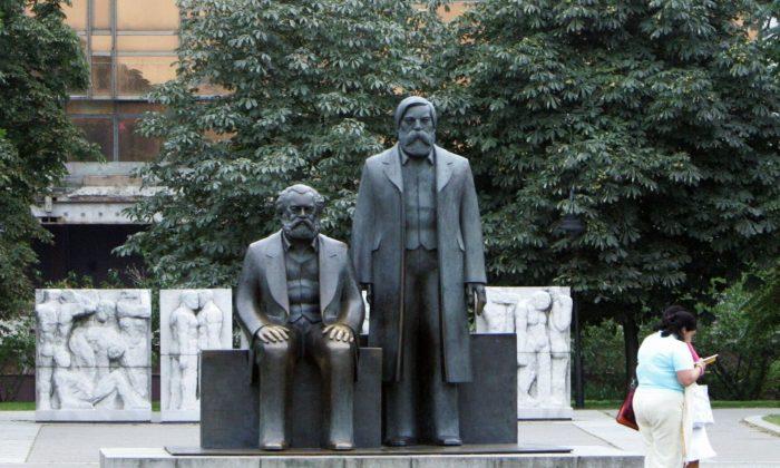 Una estatua de Karl Marx y Friedrich Engels, los arquitectos principales del comunismo, frente al Palacio de la República en Berlín, Alemania. (John MacDougall/AFP/Getty Images)