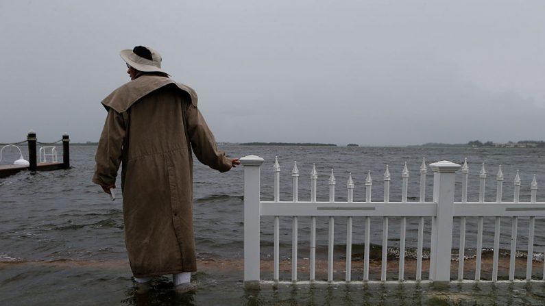 Hombre inspecciona el agua que sube desde el Golfo de México hacia su vecindario cuando los vientos y las tormentas asociadas con la tormenta tropical Hermine impactaron el área el 1 de septiembre de 2016 en Holmes Beach, Florida. (Brian Blanco/Getty Images).