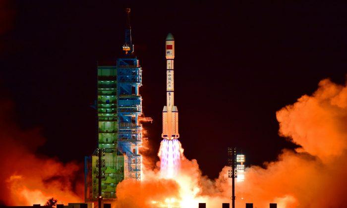 El laboratorio espacial Tiangong-2 de China es lanzado en un cohete Long March-2F desde el Centro de Lanzamiento de Satélites Jiuquan en el desierto de Gobi, en la provincia china de Gansu, el 15 de septiembre de 2016. El laboratorio espacial cayó a la Tierra el 19 de julio de 2019. 9-/AFP/Getty Images)