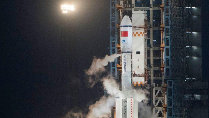 El vehículo de lanzamiento Long March 7 que transporta la nave espacial de carga china Tianzhou-1 poco antes de despegar de su plataforma de lanzamiento en el Centro de Lanzamiento Espacial Wenchang en Wenchang, provincia de Hainan, en el sur de China, el 20 de abril de 2017. (FRED DUFOUR/AFP/Getty Images)