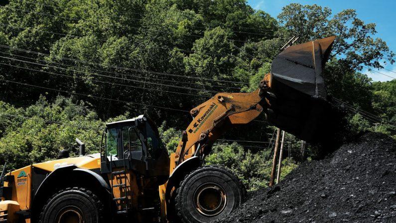 Una planta de preparación de carbón en las afueras de la ciudad de Welch en la zona rural de Virginia Occidental el 19 de mayo de 2017. Virginia Occidental, un estado donde el presidente Donald Trump ganó en una avalancha de votos al derrotar a Hillary Clinton 67,9 por ciento a 26,2 por ciento. (Spencer Platt/Getty Images)