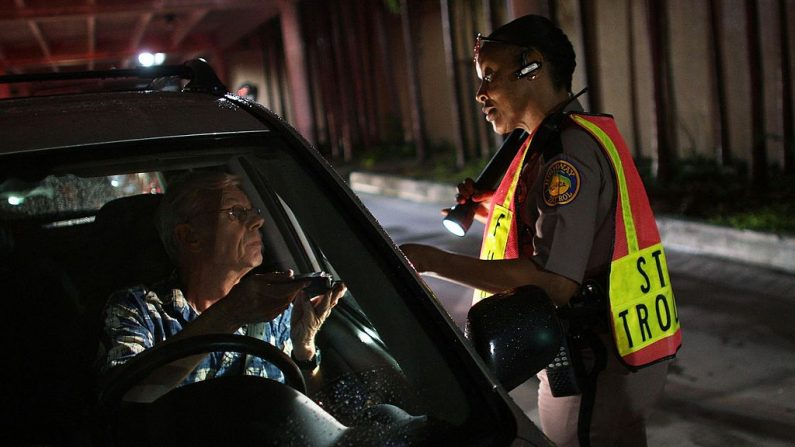 Un puesto de control carretero en Miami, Florida. (Joe Raedle/Getty Images)