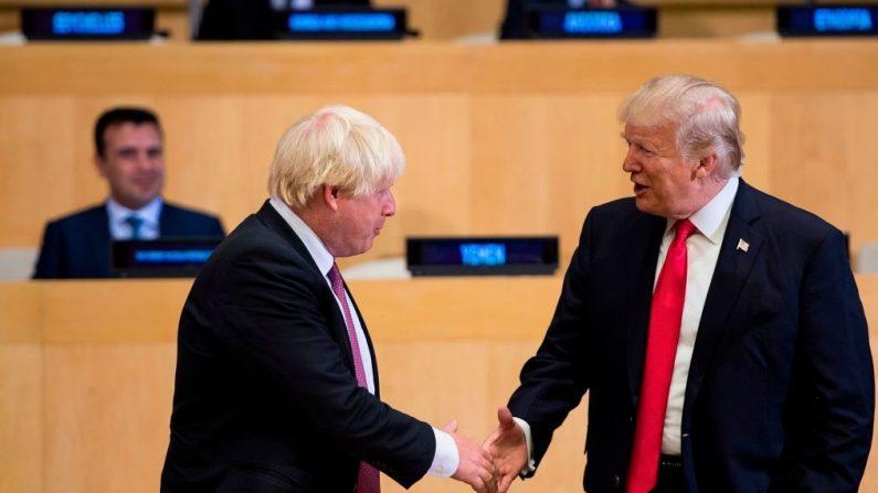 El entonces secretario de Relaciones Exteriores británico y hoy primer ministro Boris Johnson (izq.) y el presidente de Estados Unidos Donald Trump en la sede de la ONU en Nueva York el 18 de septiembre de 2017. (BRENDAN SMIALOWSKI/AFP/Getty Images)