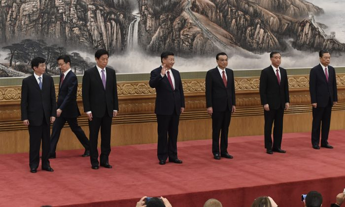 El mandatario chino Xi Jinping (centro) y otros nuevos miembros del Comité Permanente del Politburó del Partido Comunista de China (de izquierda a derecha) Wang Huning, Han Zheng, Li Zhanshu, Li Keqiang, Wang Yang y Zhao Leji se reúnen en el Gran Salón del Pueblo de Beijing, el 25 de octubre de 2017. (WANG ZHAO/AFP/Getty Images)