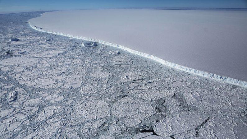 El borde occidental del famoso iceberg A-68 que se desprendió de la plataforma de hielo Larsen C en la prte este de la península Antártica el 12 de julio de 2017 se observa en esta imagen desde la Operación IceBridge de la NASA, el 31 octubre de 2017, Después de dos años, en 2019 aun mantiene casi intacta su forma rectangular. (Mario Tama / Getty Images)