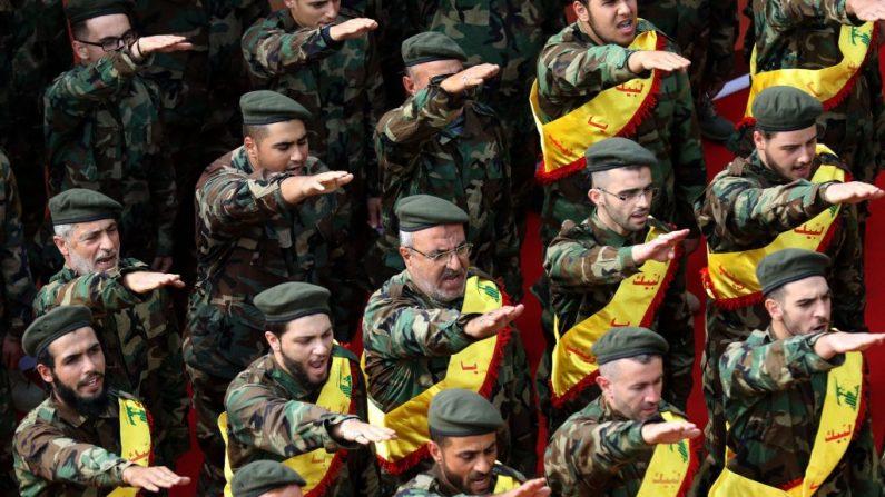 Miembros de Hezbolá en la ciudad libanesa de Nabatieh el 8 de noviembre de 2017. (MAHMOUD ZAYYAT/AFP/Getty Images)