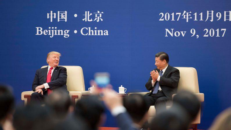 El presidente estadounidense Donald Trump y el mandatario chino Xi Jinping asisten a una reunión de líderes empresariales en el Gran Salón del Pueblo en Beijing, el 9 de noviembre de 2017. (JIM WATSON/AFP/Getty Images)