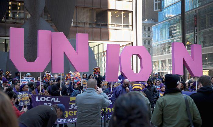 Miembros del Sindicato Internacional de Empleados de Servicio en una marcha en el Centro Richard J. Daley en Chicago, el 26 de febrero de 2018. (Scott Olson/Getty Images)