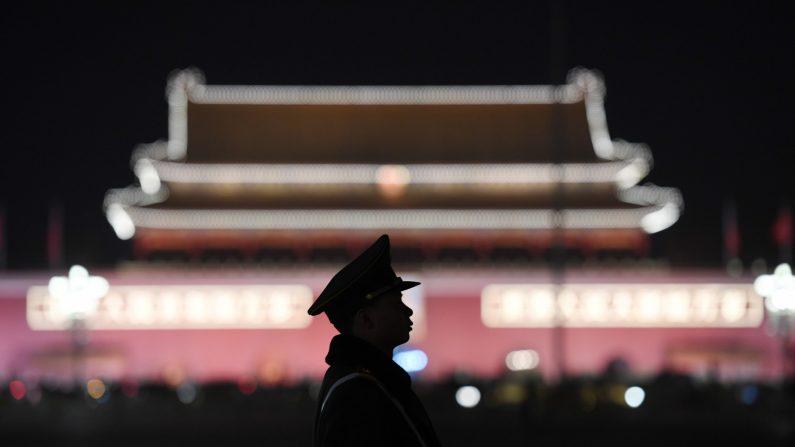 Un oficial de la policía paramilitar hace guardia en la Plaza de Tiananmen en Beijing el 11 de marzo de 2018. (Greg Baker/AFP/Getty Images)