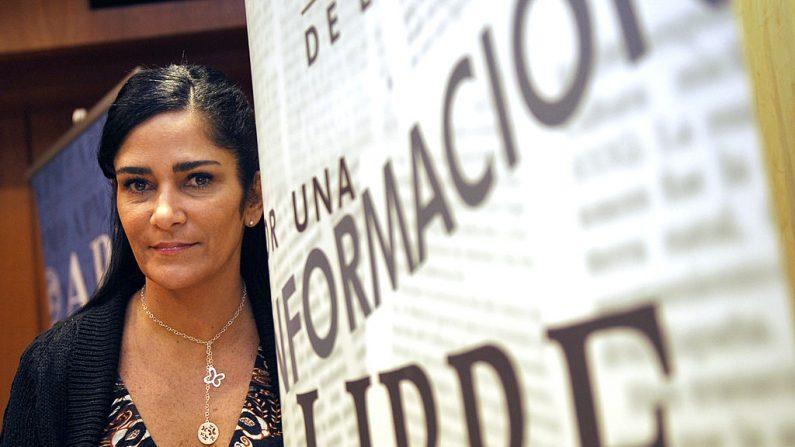 """La escritora y periodista mexicana Lydia Cacho posa antes de una conferencia de prensa en la asociación de prensa de Madrid, el 23 de noviembre de 2009. Cacho declaró que las muertes violentas en México en el pasado reciente, 15.000 sólo en los últimos tres años, podrían ser parte de un plan de """"limpieza social por parte del Estado mexicano"""".  (DOMINIO FAGET/AFP/Getty Images)"""