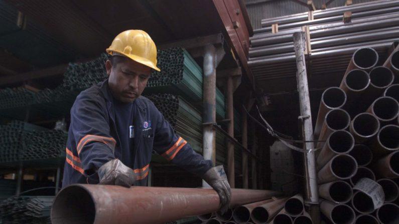 Un hombre trabaja en una fábrica de distribución de acero en Monterrey, en el norte de México, el 31 de mayo de 2018. (JULIO CESAR AGUILAR/AFP/Getty Images)