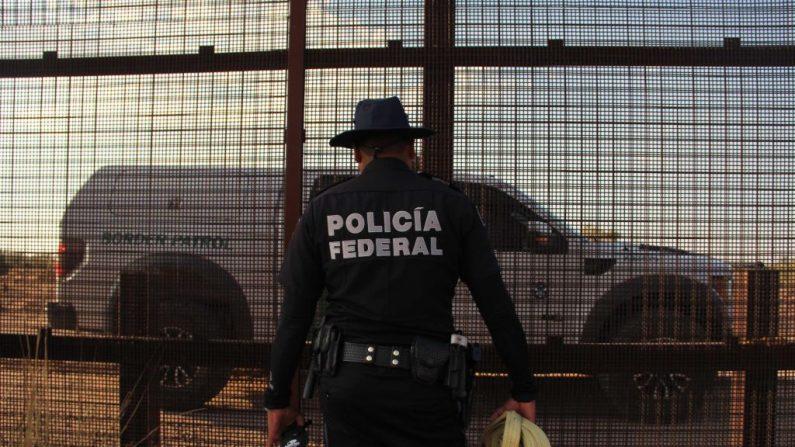 Agente de la policía federal mexicana observa camioneta de la Patrulla Fronteriza estadounidense en la  frontera entre Estados Unidos y México el 2 de junio de 2018 en Ciudad Juárez. (HERIKA MARTINEZ/AFP/Getty Images)