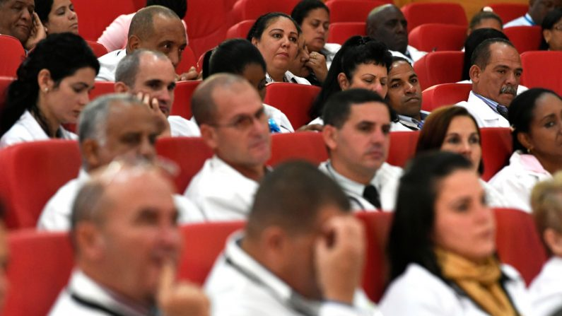 Unos 100 médicos cubanos durante un programa de inducción en la Escuela de Gobierno de Kenia, el 11 de junio de 2018 en Nairobi. (Simon Maina/AFP/Getty Images)