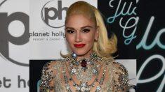 Gwen Stefani indignada sube al escenario a un chico al leer la pancarta de su madre en pleno concierto