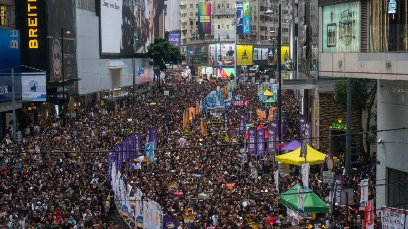 Manifestantes participan en una manifestación contra el proyecto de ley de extradición el 1 de julio de 2019 en Hong Kong. Miles de manifestantes a favor de la democracia se enfrentaron el lunes a la policía antidisturbios durante el 22º aniversario del regreso de Hong Kong al gobierno chino, cuando los policías antidisturbios utilizaron porras y aerosoles de pimienta para hacer retroceder a los manifestantes. La líder de la ciudad, Carrie Lam, asistió a una ceremonia de izamiento de la bandera en una pantalla de video desde el interior de un centro de convenciones, citando el mal tiempo, mientras se instalaban barricadas llenas de agua alrededor del centro de exposiciones (Billy H.C. Kwok/Getty Images).