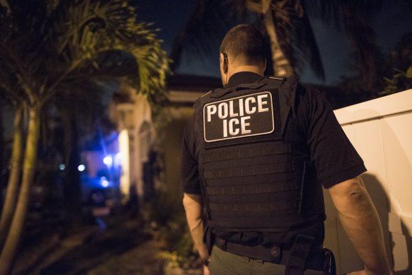 Un agente de Inmigración y Control de Aduanas participa en una operación para arrestar a 271 extranjeros criminales en Florida, Puerto Rico y las Islas Vírgenes de los Estados Unidos, el 21 de marzo de 2018. (ICE)