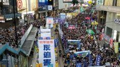 Practicantes de la disciplina espiritual Falun Dafa participan en marcha por el aniversario Hong Kong