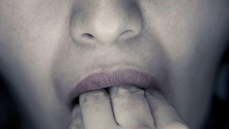 El hijo notó un bulto en los labios de su padre moribundo y al levantarlos vio gusanos retorciéndose. Imagen de archivo. (Wikimedia Commons)