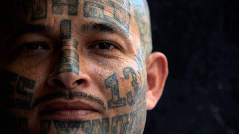 Foto de archivo de un miembro de la pandilla MS-13 en la prisión de Chalatenango, al norte de San Salvador, El Salvador, el 29 de marzo de 2019. (Marvin Recinos/AFP/Getty Images)