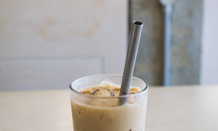 Un sorbete de metal en un vaso de te helado. (Mark Pazolli/Flickr https://creativecommons.org/licenses/by/2.0/legalcode)