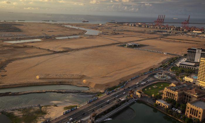 Construido sobre terrenos recuperados del Océano Índico y financiado con 1400 millones de dólares de inversiones chinas, el proyecto de la Ciudad Portuaria de Colombo emerge del océano y, con el tiempo, cubrirá con 65 millones de metros cúbicos de arena en Colombo, Sri Lanka, el 20 de noviembre de 2018. (Paula Bronstein/Getty Images)