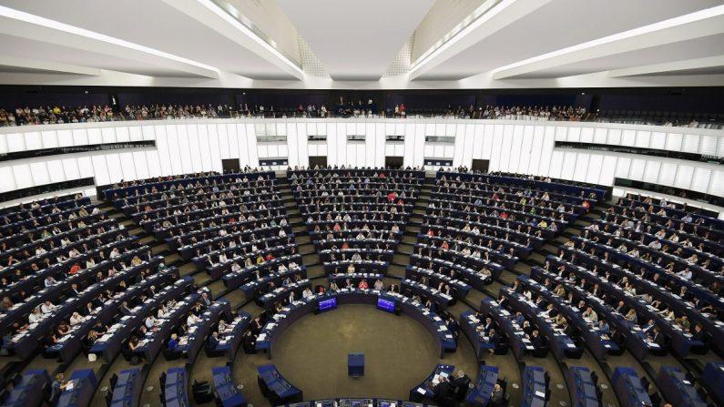 Miembros del Parlamento Europeo participan en una sesión de votación durante una sesión plenaria en el Parlamento Europeo en Estrasburgo, Francia, el 18 de julio de 2019. (FREDERICK FLORIN/AFP/Getty Images)