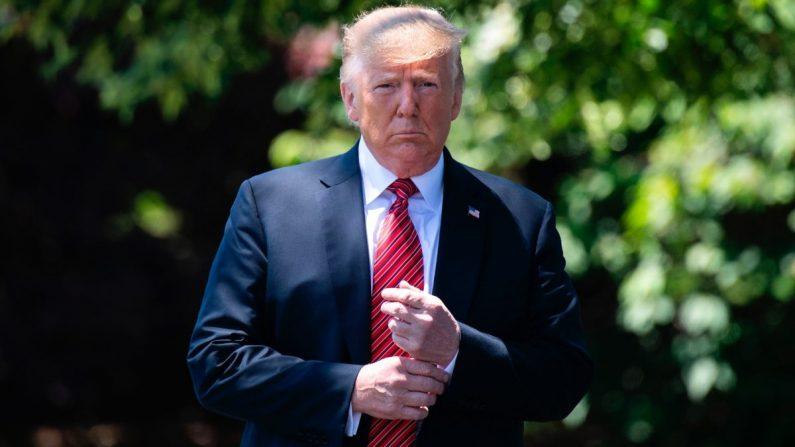 El presidente Donald Trump sale de la Oficina Oval para hablar con los periodistas en la Casa Blanca el 11 de junio de 2019. (Jim Watson/AFP/Getty Images)