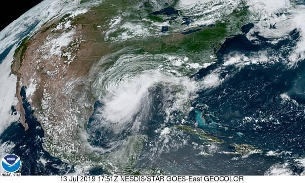 Huracán Barry el 13 de julio de 2019 toca tierra cerca de la ciudad Intracostal City en Lousiana.(GOES/HNC/NOAA)