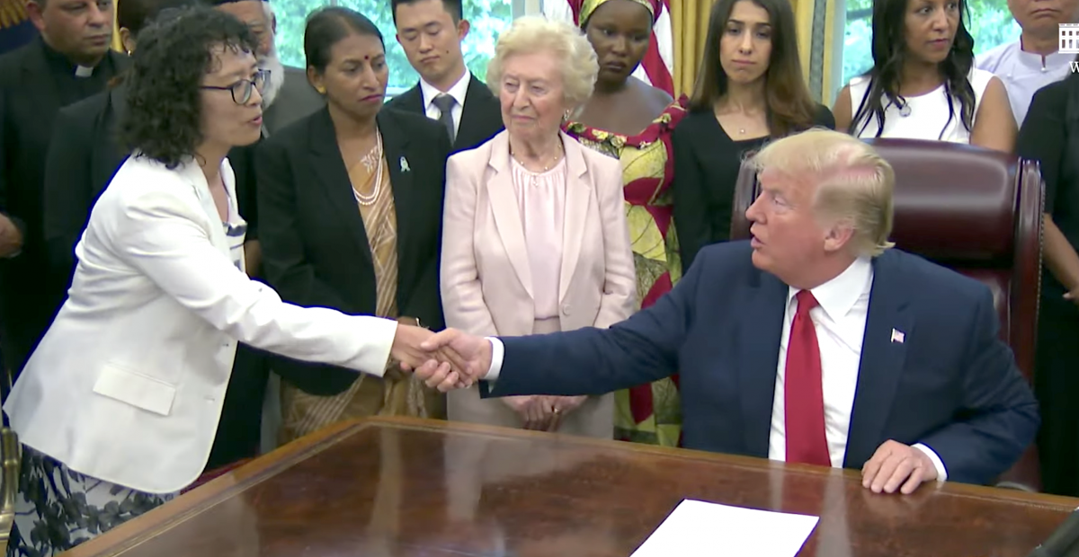 Trump se reúne con practicante de Falun Dafa y otros sobrevivientes de persecución religiosa