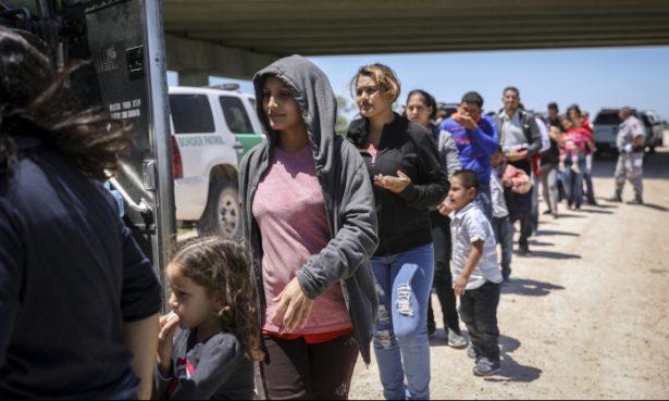 Un grupo numeroso de extranjeros ilegales aborda un autobús con destino a las instalaciones de procesamiento de la Patrulla Fronteriza luego de ser detenidos cerca de McAllen, Texas, el 18 de abril de 2019. (Charlotte Cuthbertson/La Gran Época)