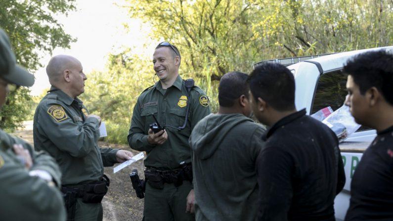 Agentes de la Patrulla Fronteriza capturan a cinco extranjeros ilegales de México después de intentar evadir su captura después de cruzar el Río Grande cerca de McAllen, Texas, el 18 de abril de 2019. (Charlotte Cuthbertson/La Gran Época)