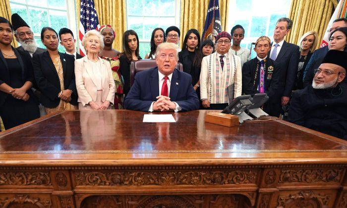 Trump recibe a sobrevivientes de persecución religiosa de 17 países de todo el mundo en la Oficina Oval de la Casa Blanca el 17 de julio de 2019. (Chip Somodevilla/Getty Images)