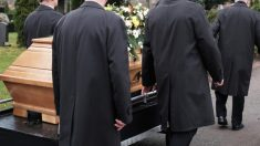 """Le paga a sicarios para matar a su esposa, pero se paraliza cuando """"alguien"""" aparece en el funeral"""