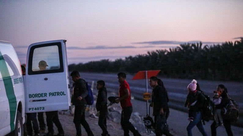 Un grupo de extranjeros ilegales suben a una camioneta de la Patrulla Fronteriza luego de cruzar desde México hasta Yuma, Arizona, el 12 de abril de 2019. (Charlotte Cuthbertson/La Gran Época)