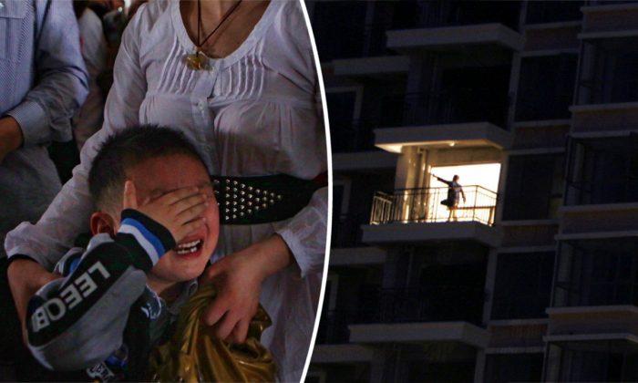 (Izq.) Una madre sostiene a su hijo mientras llora. (Feng Li/Getty Images) -- (Der.) Apartamentos en construcción en China (Paula Bronstein/Getty Images)