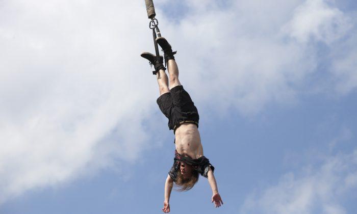 Imagen ilustrativa de un hombre haciendo bungee jumping en Polonia. (Omer Messinger/Getty Images)