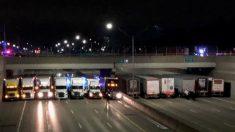 13 camiones se alinean bajo un puente peatonal para evitar que un hombre suicida salte