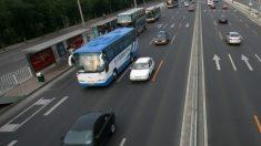 Niño de 14 años es filmado conduciendo un autobús con 5 pasajeros a bordo