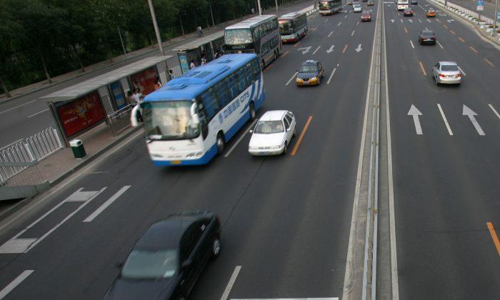 Automóviles y colectivos circulando por una autopista en China. (China Photos/Getty Images)