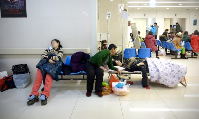 Personas en la sala de espera de un hospital en China. (Wang Zhao/AFP/Getty Images)
