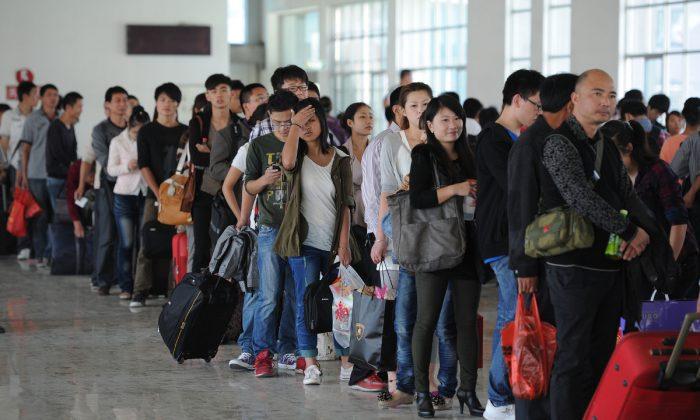 Fila de pasajeros en una estación de trenes en China. (AFP/AFP/GettyImages)