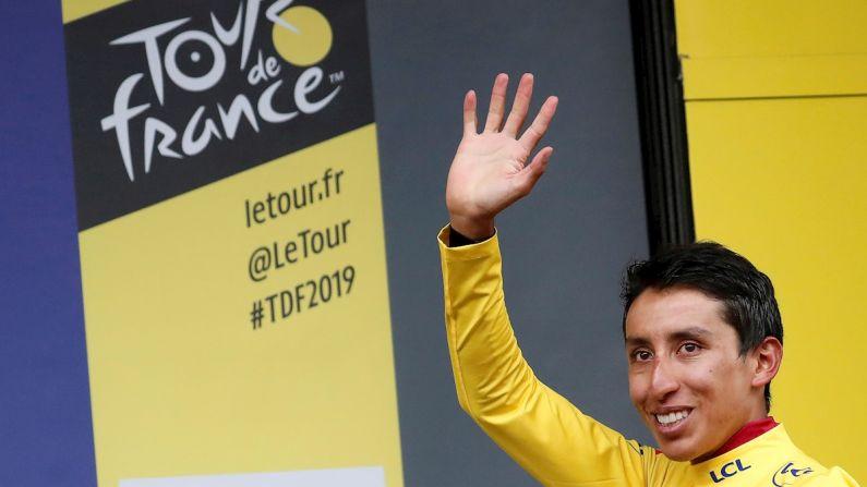 El colombiano Egan Bernal del Equipo Ineos celebra en el podio después de retener la camiseta amarilla del líder general después de la 20ª etapa de la 106ª edición de la carrera ciclista del Tour de Francia en 59,5 km entre Albertville y Val Thorens, Francia, el 27 de julio de 2019. (EFE/GUILLAUME HORCAJUELO)