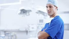 Juntó cartones para pagar sus estudios y ahora es uno de los mejores cirujanos de Argentina