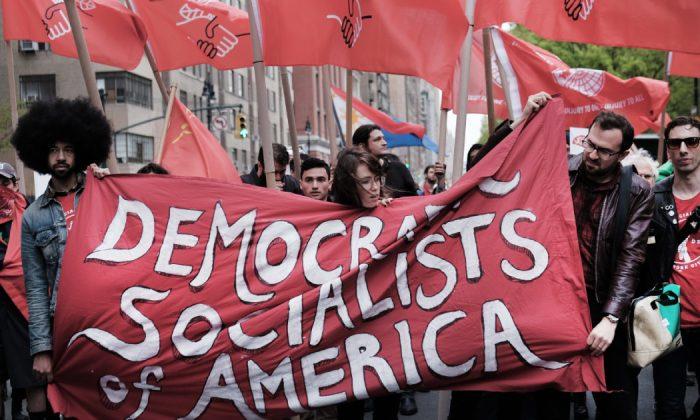 Miembros de los Socialistas Democráticos de América se reúnen en las afueras de un edificio propiedad de Trump en la ciudad de Nueva York, el 1 de mayo de 2019. (Spencer Platt/Getty Images)