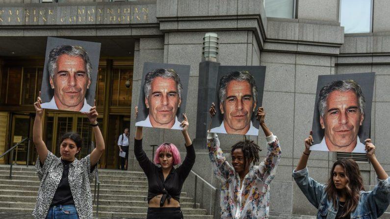 """Un grupo de protesta llamado """"Hot Mess"""" muestra fotos de Jeffrey Epstein frente al juzgado federal en la ciudad de Nueva York el 8 de julio de 2019. (Stephanie Keith/Getty Images)"""