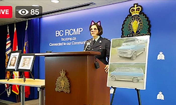 La sargento Janelle Shoihet, de la Real Policía Montada de Canadá de la Columbia Británica, dio una conferencia de prensa en vivo con el filtro de gato activado en Vancouver, Canadá, el 19 de julio de 2019. (Cortesía de Tyler Dawson/Twitter)