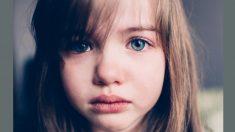 """Niña criada como animal salvaje en """"la casa del horror"""" tiene nueva vida tras ser adoptada"""