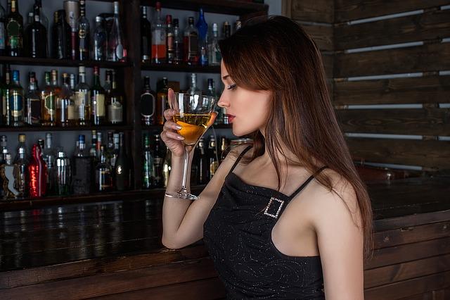 chica bebiendo
