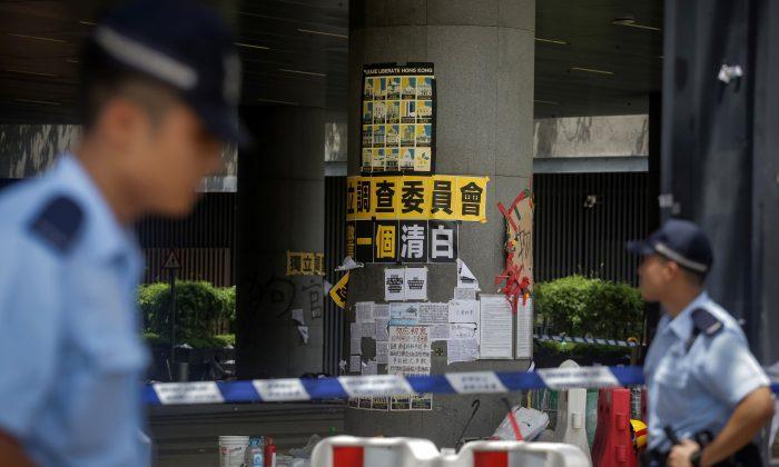 La policía inspecciona los daños en la sede del gobierno en Hong Kong, el 2 de julio de 2019. (Vivek Prakash/AFP/Getty Images)