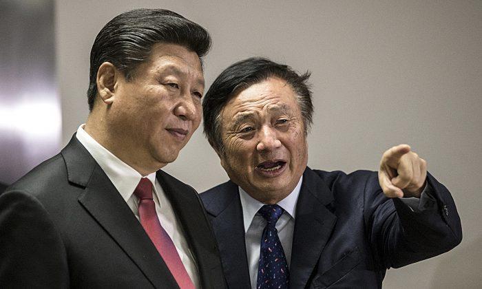 El presidente de Huawei, Ren Zhengfei (derecha), junto al mandatario chino Xi Jinping, mostrándole las oficinas de la compañía tecnológica en Londres, el 21 de octubre de 2015. (MATTHEW LLOYD/AFP/Getty Images)